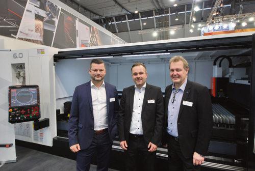 Stefan Börjesson, Emil Lavesson och Malte Vertetics Ravema AB står framför en OPTIPLEX NEXUS 3015 FIBER 6.0 kW som nu är uppgraderad med det nya styrsystemet PreviewG