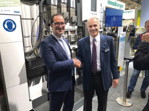 Armin Chiesola, Meusburgers försäljningschef och Mathias Bihler, Otto Bihler Maschinenfabriks ägare och direktör ser fram emot ett framgångsrikt samarbete.
