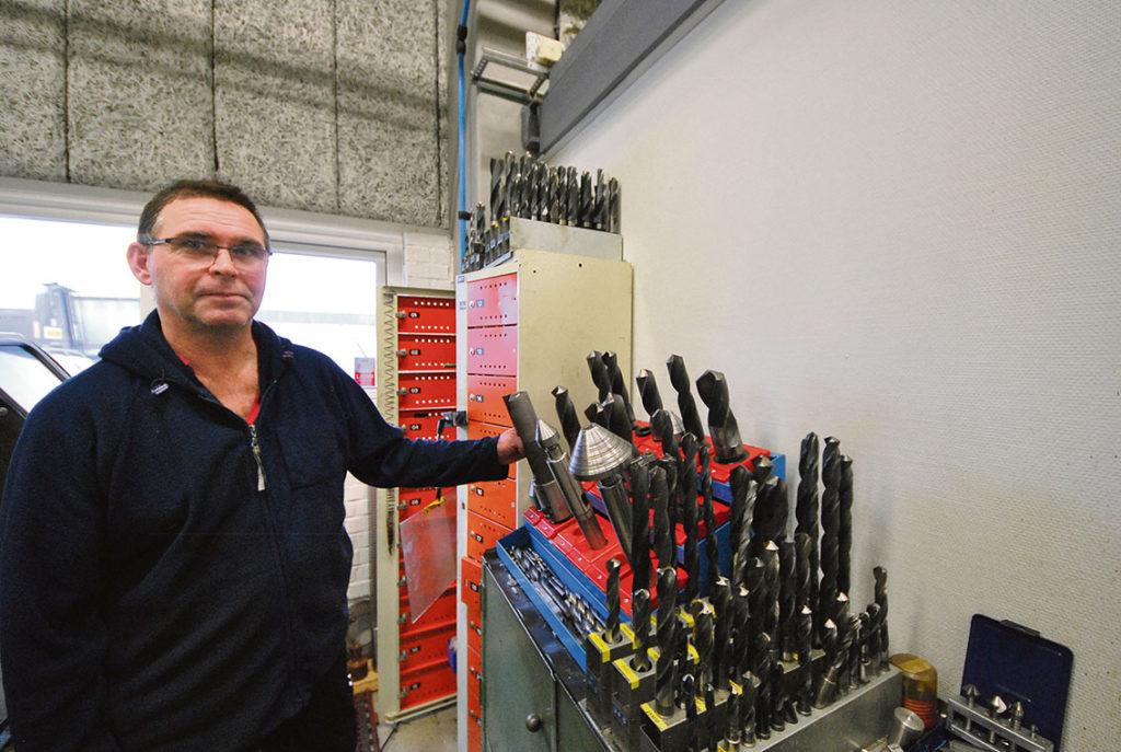 Michel Kuzsli visar verktyg och hållare. Stora verktyg får inte plats i det digitala verktygsskåpet