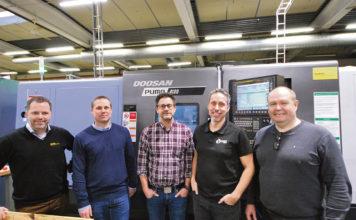 Niklas Sjöqvist, Joakim Sandberg, Peter Skoglund, Johan Håkansson och Kenneth Andersson ståendes framför Leax senaste investering, Doosan Puma 4100B.