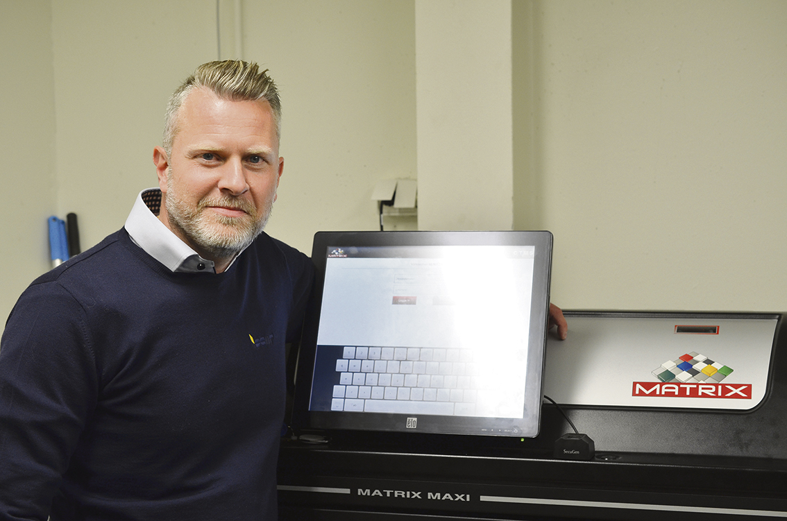 Daniel Götesson intill det elektroniska verktygsskåpet från ISCAR.