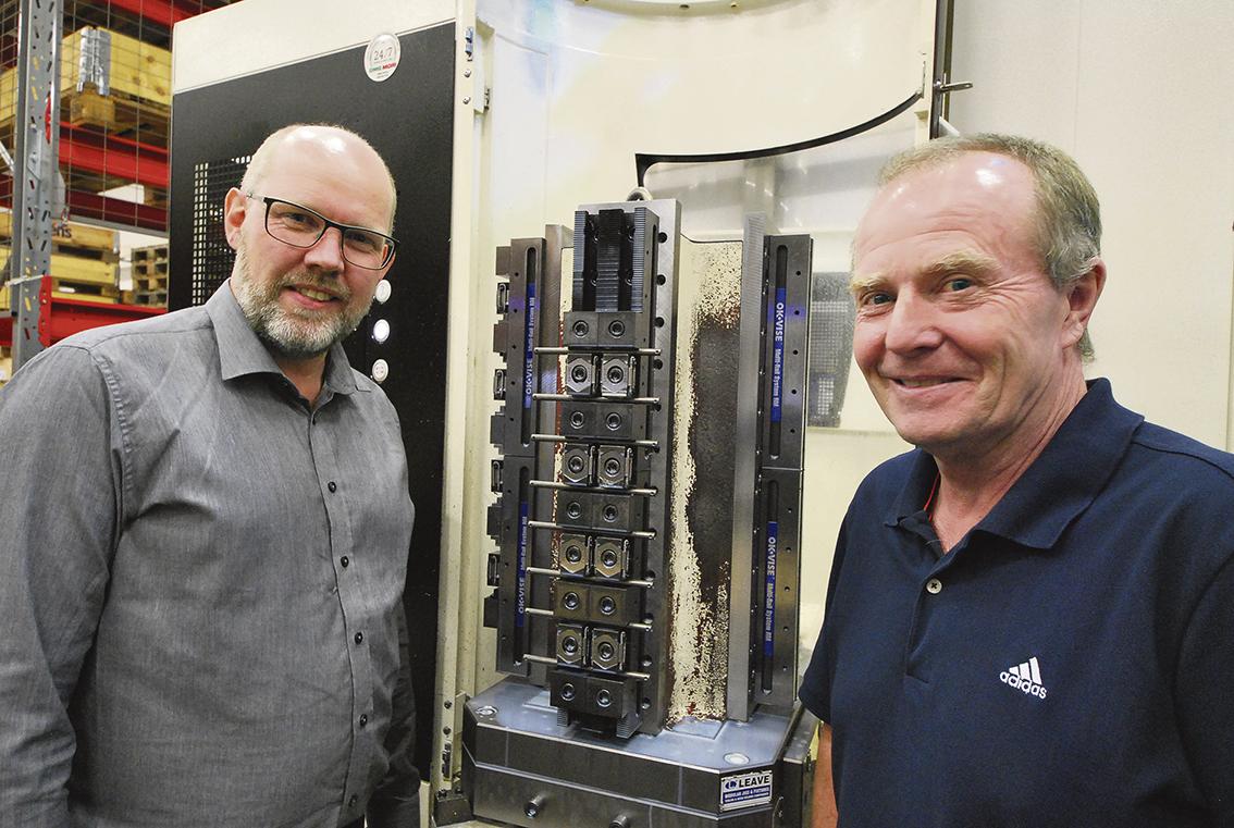 """Andreas och Roger vid en av maskinernas """"stubbar"""" utrustad med OK-Vise spännelement."""