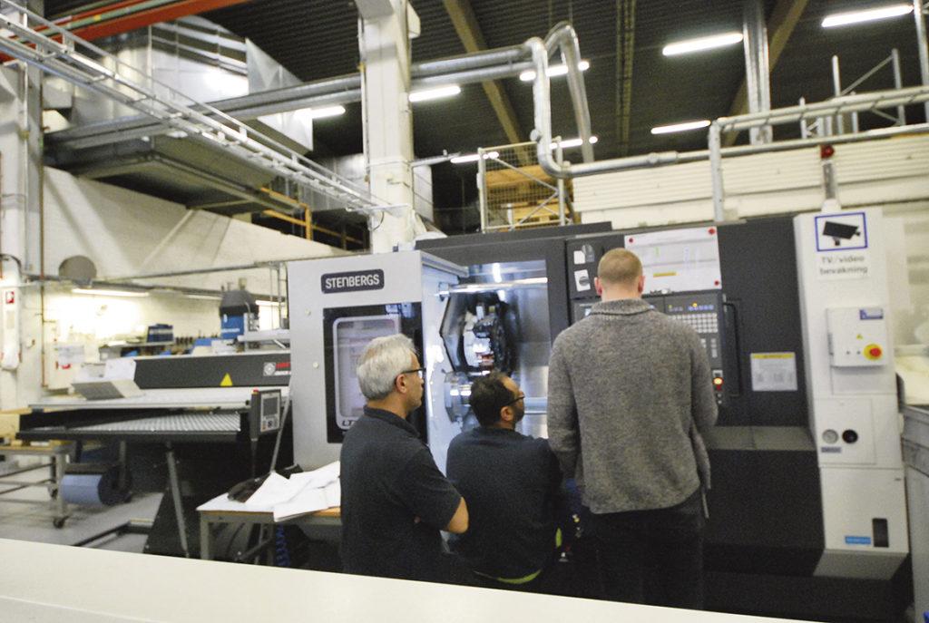 Den nya fleroperationssvarven är en Okuma LT2000EX med motspindel, två revolvrar med vardera 16 verktygsplatser, drivna verktyg och Y-axel. Automatiserad kortstångsmaskin och integrerad plockrobot för utplock av färdiga detaljer skapar förutsättningar för obemannad körning under längre tid. _ Vi valde ett nytt fabrikat här för vi blev positivt överraskade av Stenbergs service och support, allt runt omkring maskinen och hur man kunde hjälpa oss med idéer och produktionstekniska lösningar, säger Denis Ibrakovic