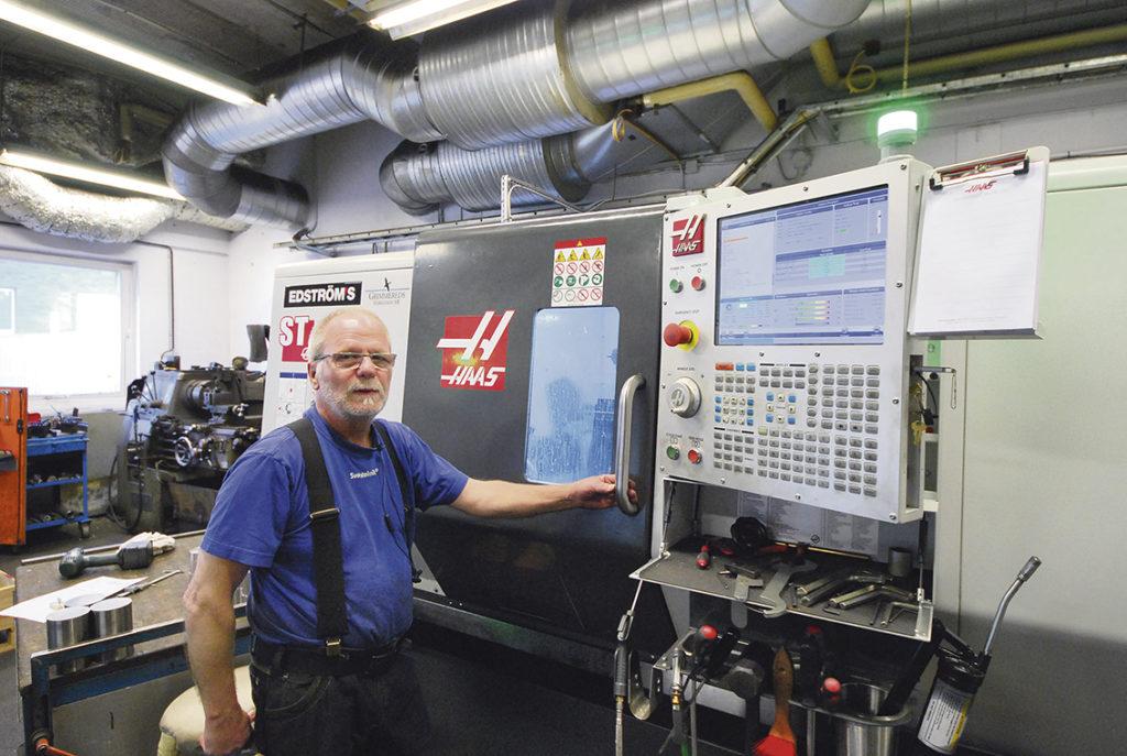 Maskinoperatör Stefan Eriksson vid den nya svarven HAAS ST35 Y