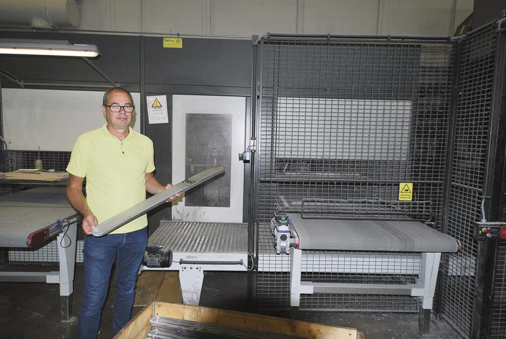 Industridetaljer. Aluminium är ett lätt material med hög sträck- och brottgräns som lämpar sig väl för gjutning. Det är även lättbearbetat, korrosionsbeständigt och har hög ledningsförmåga. Det fina med att pressgjuta detaljer är att det i ett steg går att integrera många funktioner. Många gånger är det smartare att pressgjuta en detalj istället för att smida, pressa eller svetsa den. Inte minst för att kvalitén blir högre, priset lägre och därtill enkelt att återvinna. Pressgjutning har även bra måttnoggrannhet och repeterbarheten är mycket hög. – Sist men inte minst har aluminium många miljömässiga fördelar och materialet vi använder blir återvunnet till 97 %, säger Per Melert.