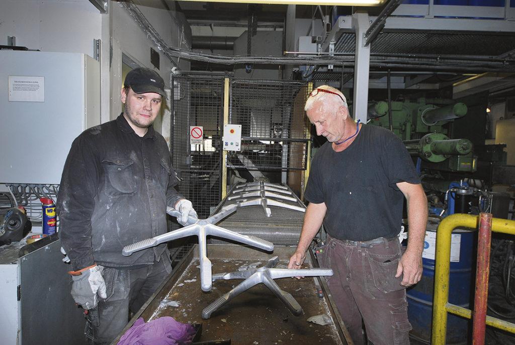 Stolta gjutare En stor del av produktionen handlar om att förse möbelbranschen med pressgjutna aluminiumdetaljer. Det kan till exempel vara kryssfoten under en kontorsstol som på fotot. Det finns många fördelar med att pressgjuta aluminium. Exaktheten, frånvaron av skarvar och förmågan att ingjuta olika funktioner i en detalj. Materialet kan även lätt pulverlackeras i olika färger. Stoltast är man över att man med raffinerade slip- och polermaskiner och egenbyggda konstruktioner i automationslösningar kan uppbringa exakt den ytfinish som estetiken kräver. Detta är Nyströms tämligen ensamma om i landet. Inte konstigt att designvärlden i många år efterfrågat företagets detaljer.