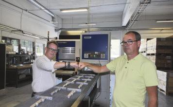 Kalle Nyrén maskinsäljare på Bromi Gruppen som är generalagent för den japanska maskintillverkaren Brother i Sverige och Per Melert marknadsansvarig på Nyström Pressgjuteri AB, är båda mycket nöjda med maskinlösningen som nu skall ge kortare ledtider till kunderna och en högre produktivitet för underleverantören på Maråsliden i Gnosjö.
