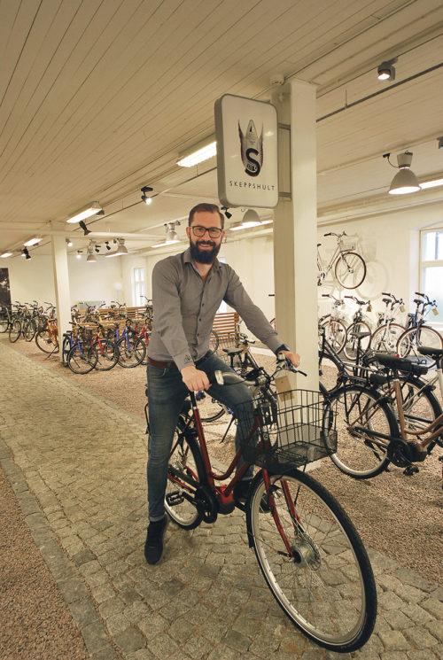 Fredrik Andersson i utställningshallen med alla nya modeller som presenteras för marknaden under september månad.
