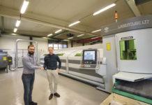 Fredrik Andersson och Jim Davis skakar hand efter en mycket lyckad maskininvestering.