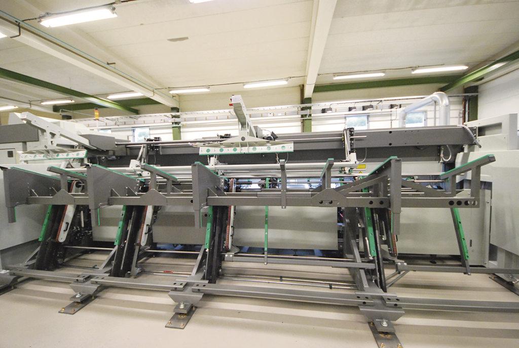 """Det nya robusta magasinet är från början framtaget till den större maskinmodellen LT8. Magasinet klarar en buntvikt på 5 ton och är framförallt mer lätt tillgängligt vid lastning av nya rörbuntar. Vid körning av öppna profiler och special profiler kan kunden välja till optionerna """"Pusher"""" och """"Loading Chains""""."""