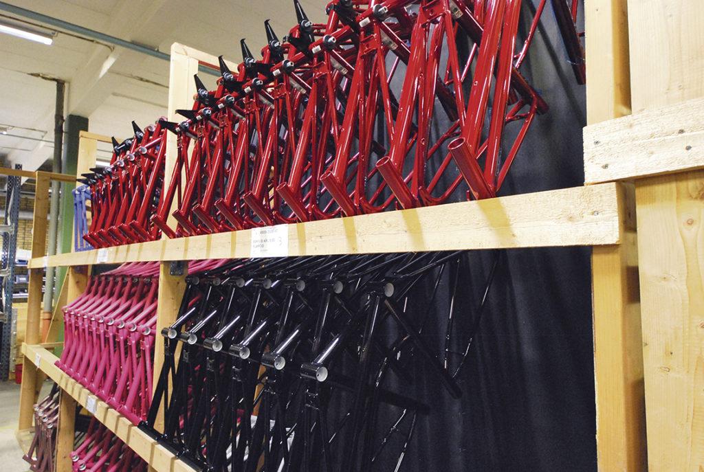 Cykelramar överallt i fabriken.