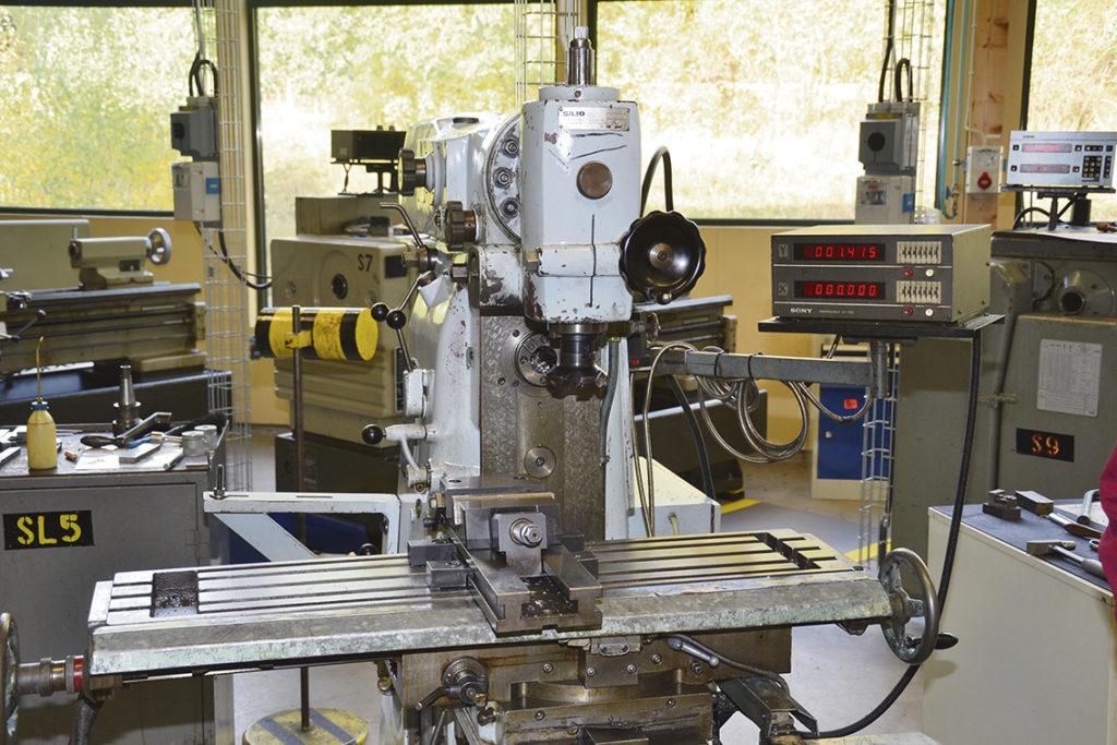 …och att hantera en manuell maskin för att lära sig grunderna i yrket.