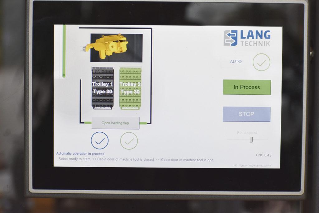 Här ser vi panelen för LANG automationen Robo-Trex. Det är en pekskärm, med hög användarvänlighet. På bilden ser vi enkelt det nödvändiga för den dagliga driften