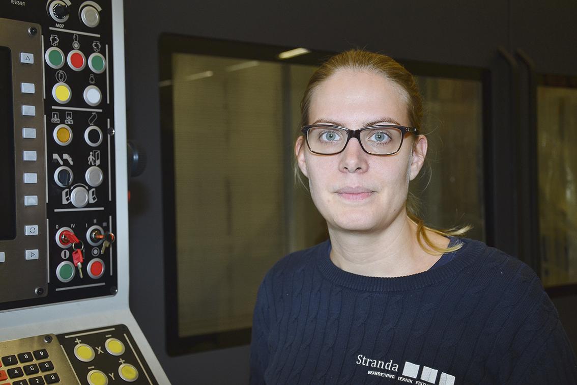 vProduktionschef Anna Isaksson, som är uppväxt på landet med Stranda utanför husknuten, brinner för en hållbar miljö och arbetsmiljö.