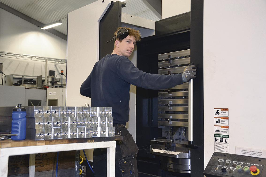 Operatören Pierre Lundström har arbetat på Stranda i tio år och märker en stor skillnad vad gäller lukt och arbetsmiljö sedan företaget bytte ut oljebaserad vätska mot Total:s biopolymerbaserade vätska FOLIA.