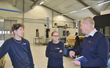 Operatören Pierre Lundström och Anna Isaksson, produktionschef för Stranda i samspråk med Martin Steinkamp, Total Nordic försäljningschef av industriella smörjmedel på den svenska marknaden