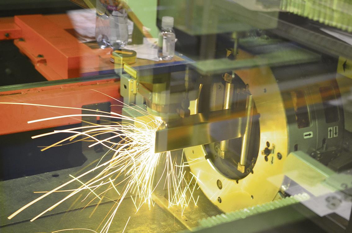 - Vi var först i Europa med att ha den senaste hybridteknologin inom fiberlaser med både rör och plåtskärning i en och samma maskin från AMADA. Det innebär att vi kan jobba snabbare, effektivare och med lägre driftskostnader, säger Simon Cesar.