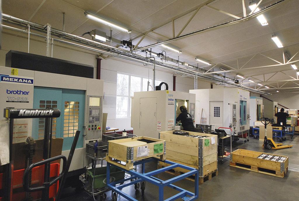 Produktionshallen där maskinerna från BROTHER står på rad.  Med hjälp av 8 stycken CNC-styrda fleroperationsmaskiner i maskinparken garanterar man snabba resultat och tack vare nära samarbete med fixturtillverkare kan man också säkerställa snabba leveranser och stor flexibilitet i alla led.