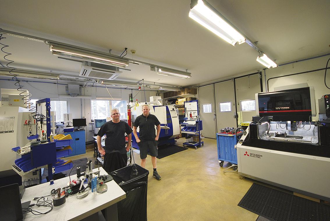 En bild över den lilla verkstaden där maskinparken består av två CNC-styrda slipmaskiner Rollomatic med automation och en trådgnist från Mitsubishi. Här jobbar Krister Linder och Morgan Jäger i produktionen.