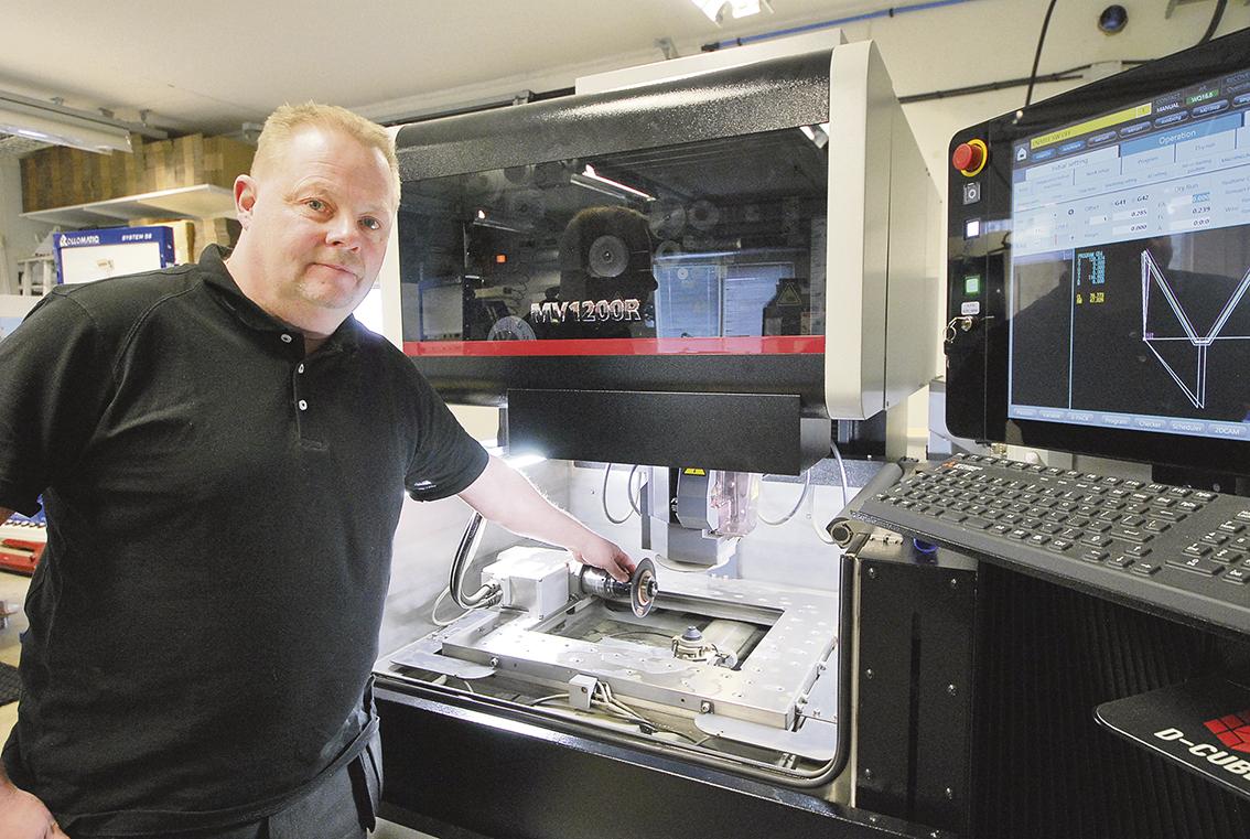 """Här visar Morgan Jäger """"rotationsaxeln"""" som i detta fall är utrustad med en HSK50 kona för att kunna sätta upp slipskivan på samma sätt som i slipmaskinen."""