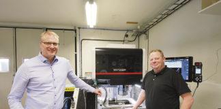 Fredrik Claesson på FC Maskin är idag ansvarig för Mitsubishi Electric på den svenska marknaden. Idag när vi är på plats, så handlar det om vidareutbildning för personalen på den nya Mitsubishi MV 1200 R. På fotot ser vi Fredrik Claesson och produktionsansvarige Morgan Jäger.