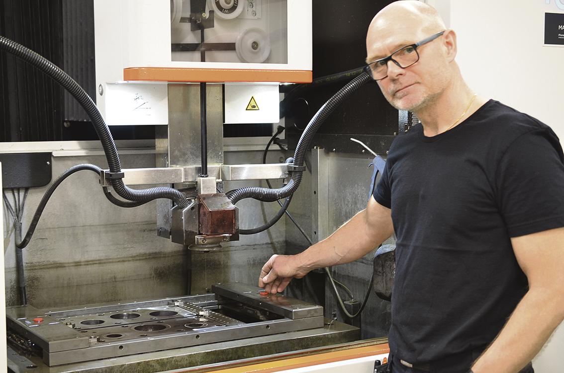 På fotot visas en uppspänningsram som är fäst i fasta fixeringschuckar, ramen är tidigare in nollad i en mätmaskin. En fil med startlägesposition och vridning skickas från mätmaskinen till trådgnisten med en postprocessor.     – En stor fördel med detta system är att vi flyttar ställtiden till yttre i stället för inre ställ. Samt att vi kan förbereda jobben i mätmaskinen som läggs på kö, berättar verktygsmakare Magnus Andersson