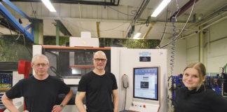 Stefan Leander, Magnus Andersson och Vilma Öberg vid den senaste investeringen en AgieCharmilles CUT 550 P från GF Machining Solutions