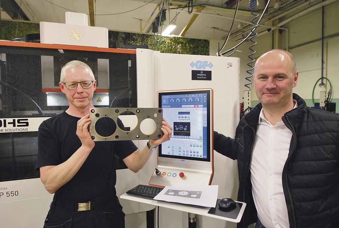 Verktygsmakare Stefan Leander visar en gnistad komponent och maskinsäljare Andreas Östberg hos maskinleverantören Masentia är nöjd med resultatet.