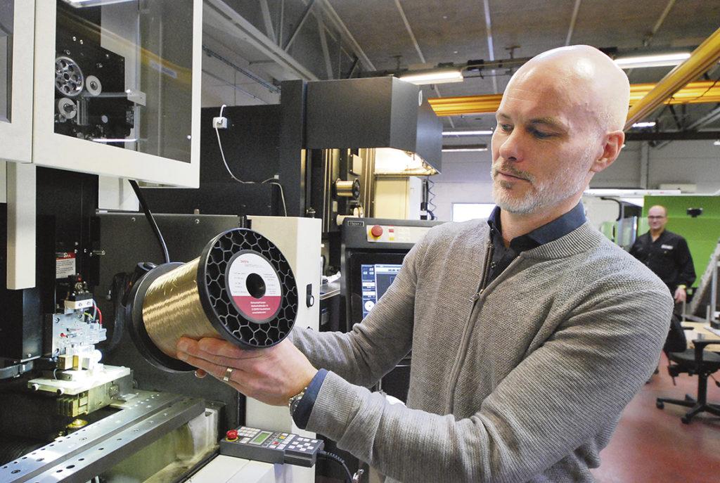 Skärpverktyg AB är marknadsledande på gnisttråd, slitdelar och tillbehör till trådgnistmaskiner.     – Och numera säljer vi även starthålsgnistar och trådgnistmaskiner till verkstäder och verktygsmakare. Japanska Makino, division Die & Mould är det senaste maskinfabrikatet. Vi är generalagenter för dem i Sverige sedan februari 2020. Och vi får säga att vi fått en mycket bra start. På ett år har vi sålt fyra maskiner till svensk industri, säger Mikael Persson.