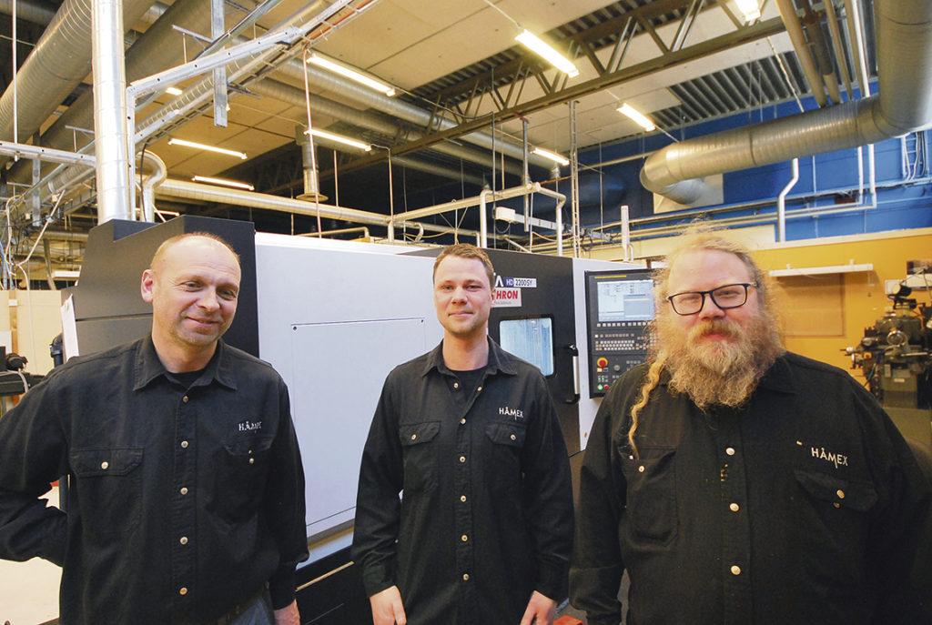 Magnus Hermansson, Nicklas Irestam och maskinoperatören Roger Lindmark vid den senaste maskininvesteringen som inte är en slipmaskin! Hyundai HD2200SY är en sub-spindelsvarv med drivna verktyg.