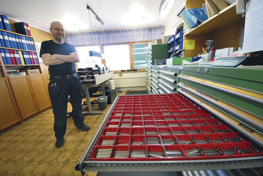 De klassiska måttpinnarna – här har man många verktygsskåp med varje hel hundradel i lager från 0,10 upp till 20,05 mm. Den stora volymen ligger från 0.50 upp till 10,0.    – Vi har ett gediget kundregister och nästan alla verkstäder i Sverige använder våra måttpinnar för det är snabbt och enkelt och billigt sätt att tolka hål för att få fram facit och rätt mätresultat, säger Patrik. Man tillverkar och säljer måttpinnar genom sin webbshop. Och här pratar vi de – ja just dem, de berömda måttpinnarna som tidigare såldes och marknadsfördes av Håmex i Linköping.
