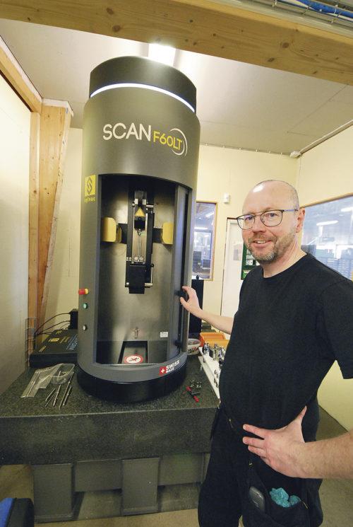 Sylvac Scan F60LT är den senaste investeringen i verkstadens mätrum.     Mätmaskinen är utvecklad att klara mer komplexa krav och geometrier, där detaljen placeras vertikalt. Med T-versionen kan utvändiga gängor skannas och mätas via helix tiltningssystem upp till 30°.