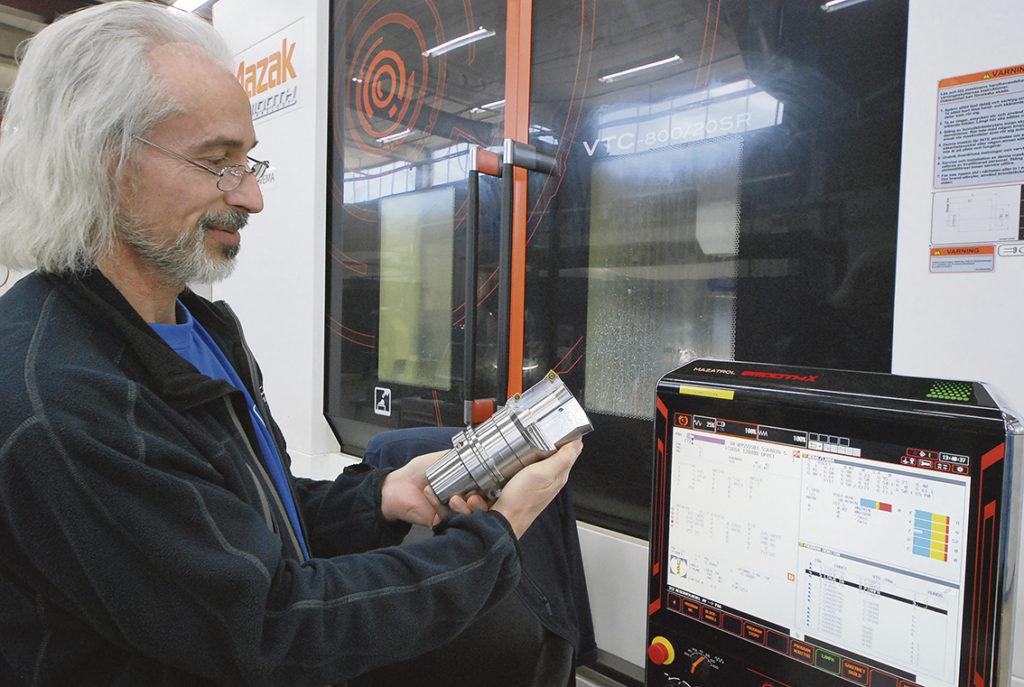 En av flera viktiga förutsättningar är att personalen får korrekt information och utbildning så att de kan utföra sina arbetsuppgifter. Man arbetar även på att goda relationer skall råda mellan företaget och de anställda och dess omgivning. Här på bilden ser vi maskinoperatören Alfred visa det färdiga verktyget som är ett uppborrningsverktyg.