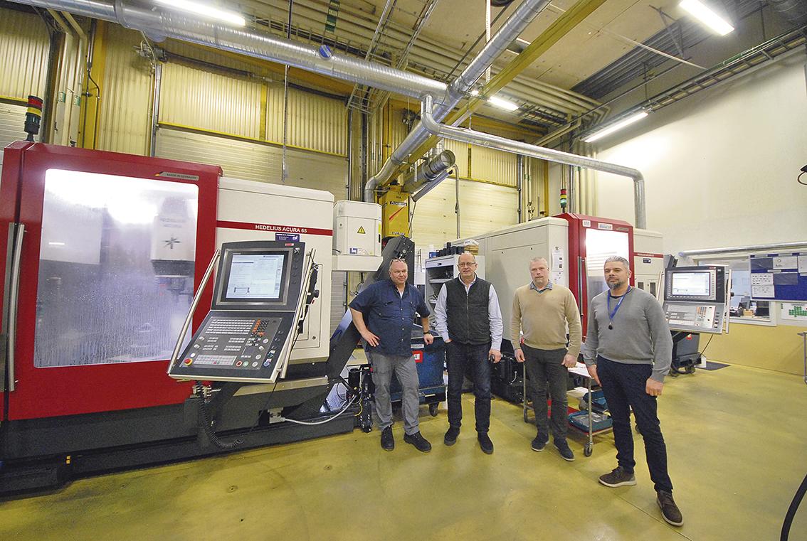 På bilden ser vi från vänster till höger; Maskinoperatör Torsten Karén, Rade Paunovic företagets ägare, maskinsäljare Daniel Andersson och nyanställd fabrikschef Mauricio Sepulveda.