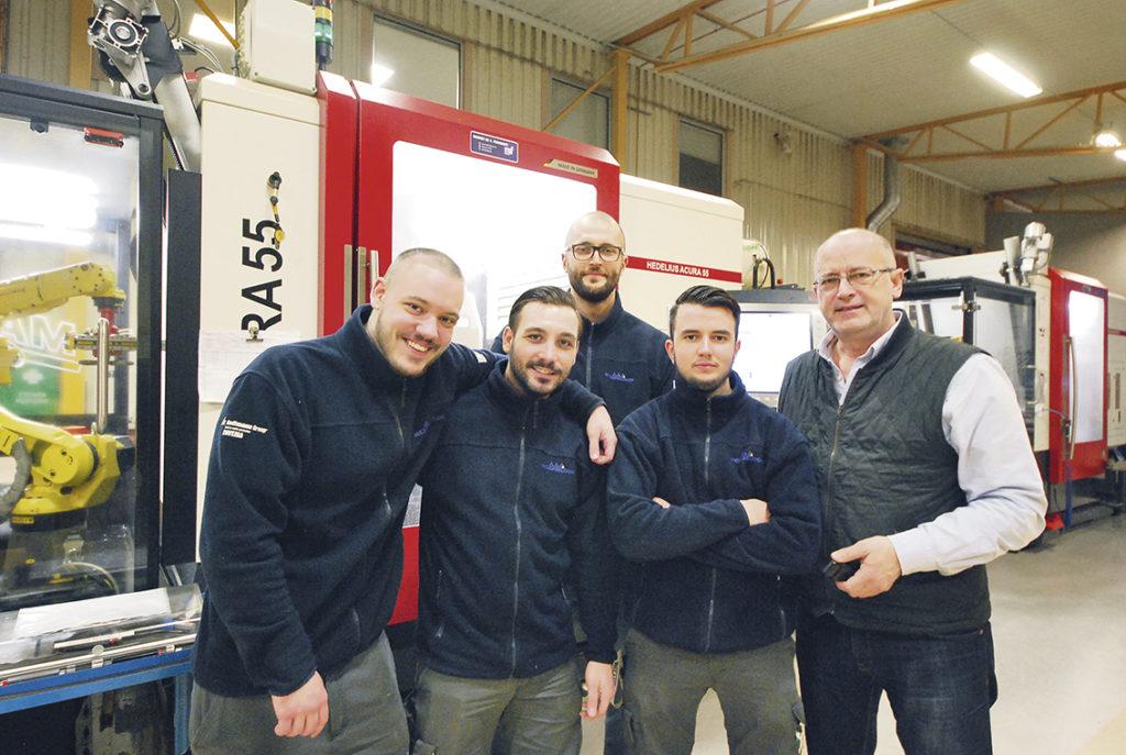Här är fotot från tidningens förstasida i detta nummer. Från vänster Leo Paunovic, Simon Paunovic, Stefan Paunovic, Ivan Paunovic och Rade Paunovic!
