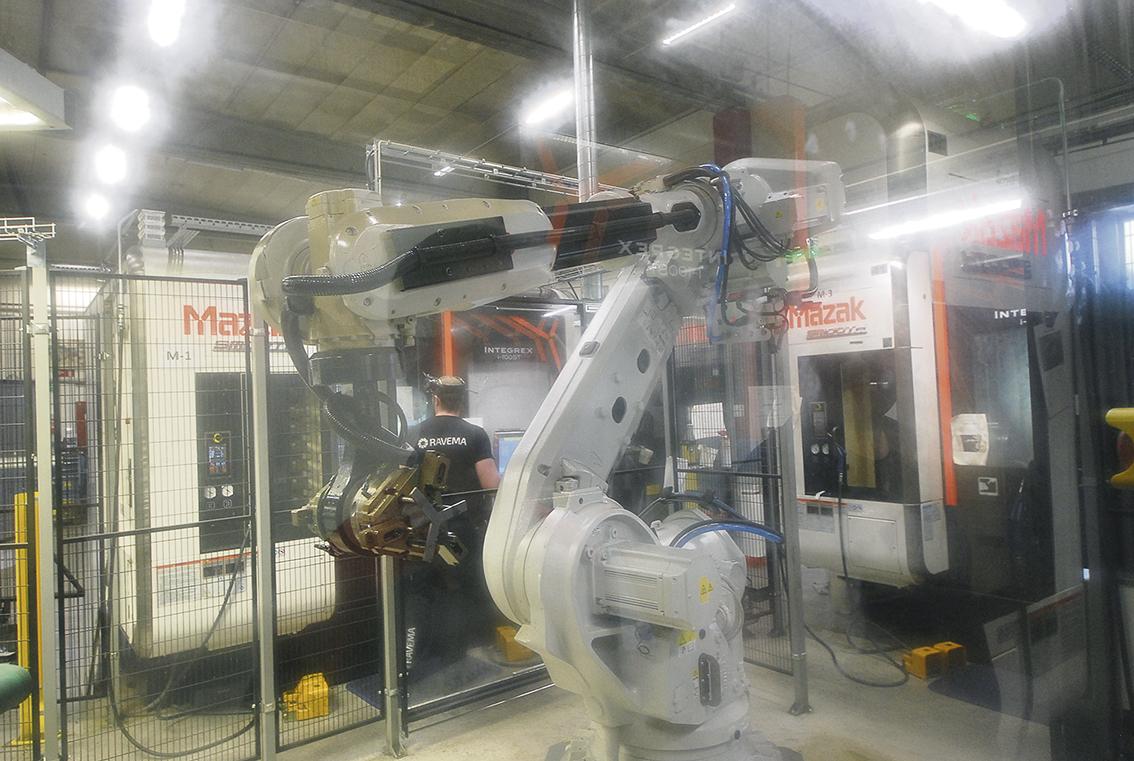 Produktionscellen består av tre multifunktionsmaskiner MAZAK kopplade till två industrirobotar med in- och utbanor. Alla tre maskinerna är numera utrustade med Blums höghastighetsmätprobe ur TC-serien