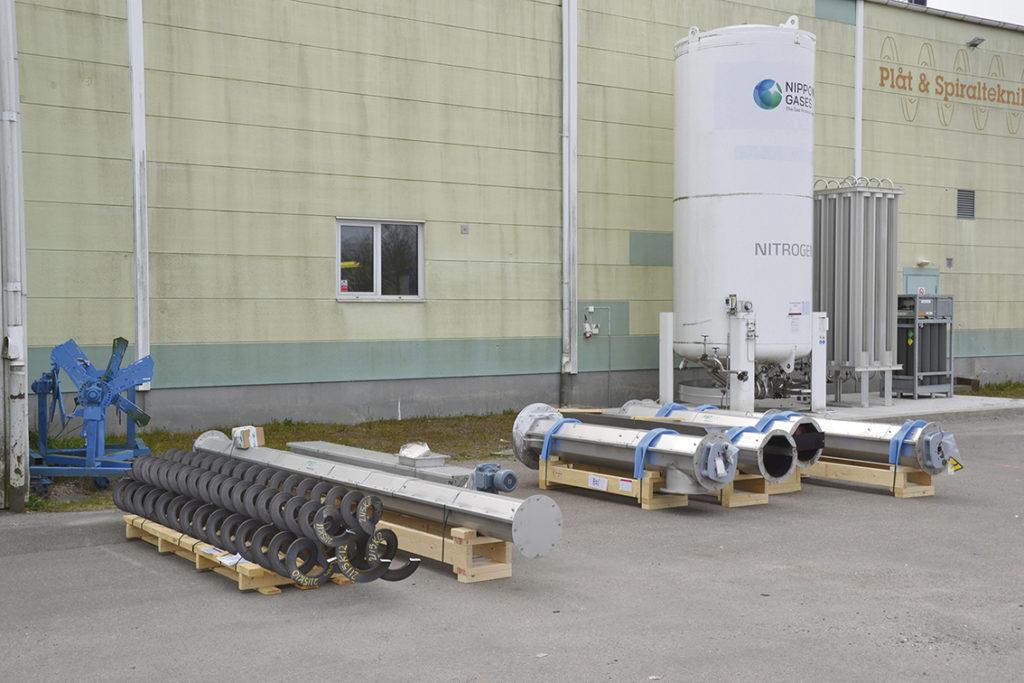 I snitt levererar PST 350 enheter på ett år, i bakgrunden syns gastanken till den nya fiberlaserskärmaskinen från Eagle.
