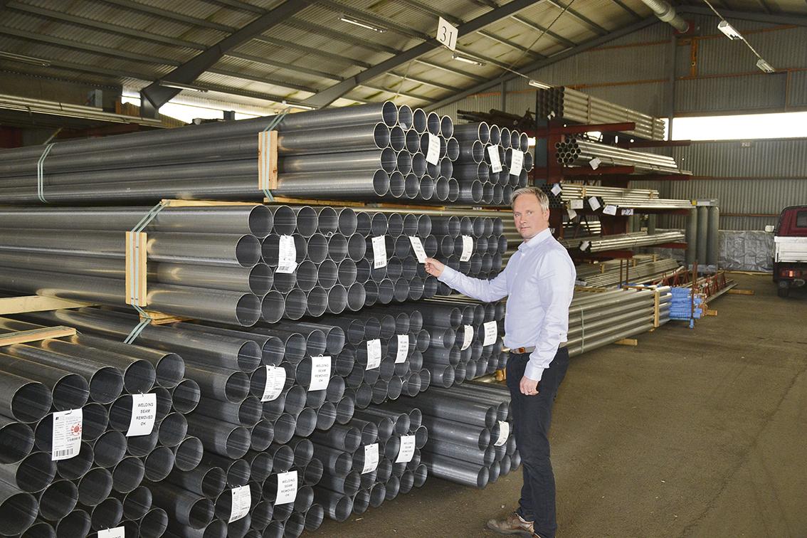 Omsättningsmässigt har Conpipe slagit nya rekord, men nu ser Mattias en viss inbromsning på grund av den omfattande bristen på material. I normala fall handlar företaget i snitt 500 ton material om året, mestadels stål, rostfritt och krom, från Italien och Tyskland.