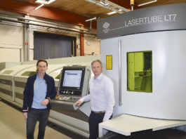 Jim Davis, Edströms rörlasersäljare, och Mattias Lind, VD för Conpipe Engineering, visar upp Conpipes senaste investering, rörlaserbearbetningsmaskinen Adige LT7 från BLM Group som nu gör att företaget kan göra jobb inom aluminium.