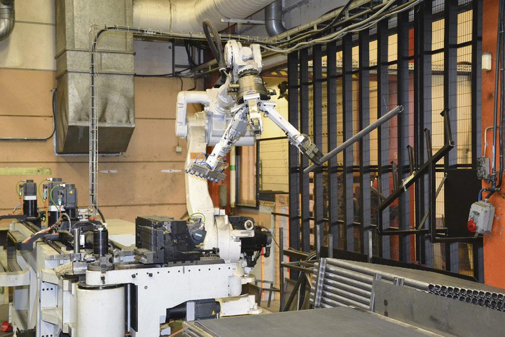 En robot från Yaskawa Nordic, som också finns i Torsås kommun, laddar en rörbockningsmaskin som företaget har köpt från BLM och Edströms.