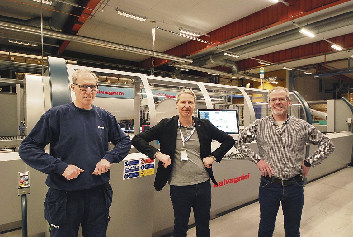Maskinoperatören John Flaminio, maskinsäljare Pelle Wallin och produktionstekniker Michael Gustafsson är några av dem som sett till att investeringen har fallit på plats och den lyckade installation, alla är nöjda. Det klassiska handslaget har ersatts av, ja, vad…