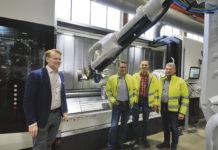 Här ser vi Anders Wikström DMG MORI tillsammans med Roger Andersson, Niklas Andersson och Lars Nilsson Svetruck. Cellen är specialbyggd med stor plats för robot och utrustning. Och också bra ergonomi för maskinoperatören som kan arbeta i cellen på ett bra sätt. Konceptet bygger på stor flexibilitet med manuell körning när det handlar om riktigt stora artiklar. Och en hög automatiseringsgrad när det blir lite mindre artiklar som kan gå obemannat i många timmar.