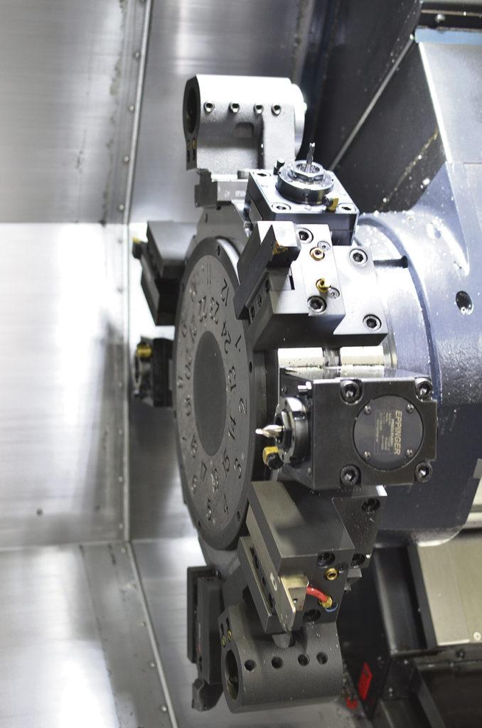 Servo driven revolver BMT 65 med 12 stationer.  Drivna verktyg 7,5Kw / 95,5 Nm, maxvarvtal 5 000 rpm.