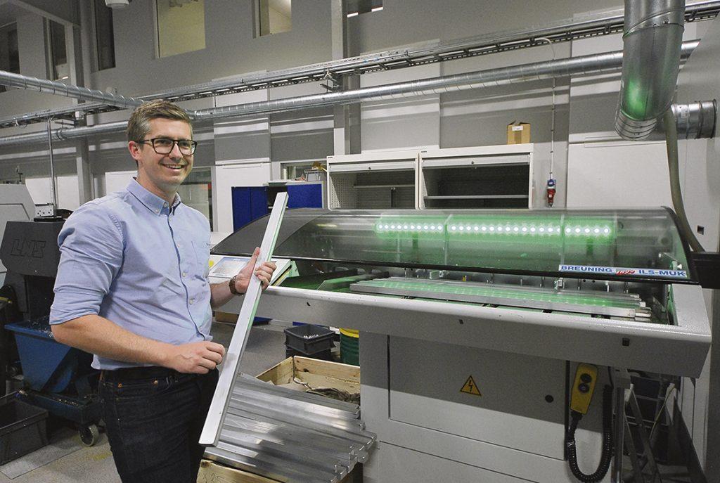 Man letar efter optimala sätt att bearbeta på.     – Här laddar man plattstång i ett speciellt magasin för att komplettbearbeta detaljer med 100 % fräsoperationer direkt i svarven som är en EMCO Hyperturn 65 TT, säger Simon Larsson maskinsäljare på Lenima AB.
