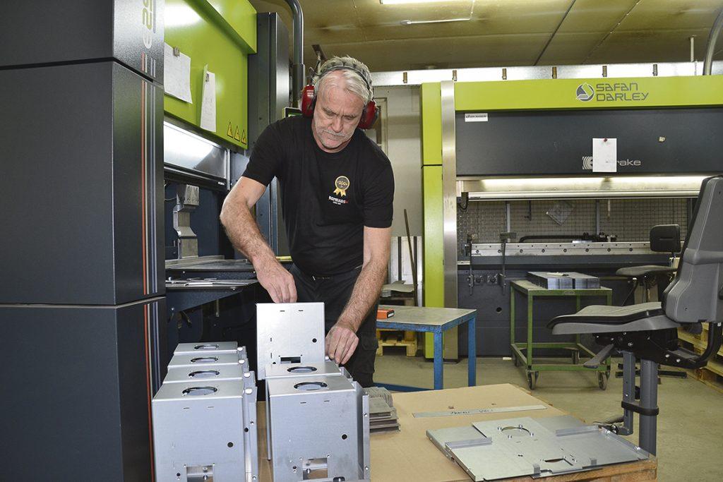 Operatör Ola Rosén bockar kamin-detaljer i den nya Ergo-maskinen.