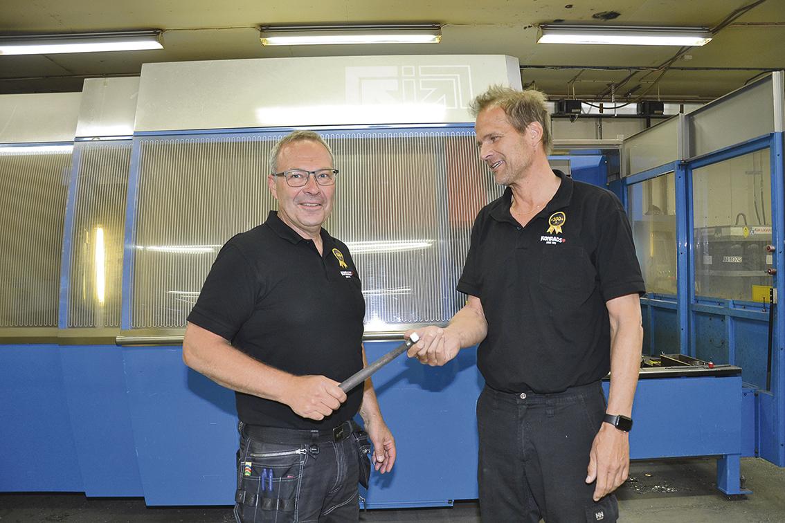 Per Thydén (till höger) lämnar över sina arbetsuppgifter, bland annat planering och inköp, till nyanställde Jan Ekström.