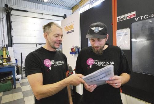 Två CNC proffs, Peder och Anthon diskuterar verktyg och ritning.